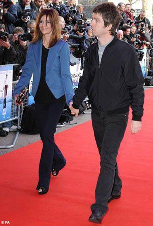 İşte haftasonu yürüyüşe çıkar gibi galaya gelen biri daha: Noel Gallagher.